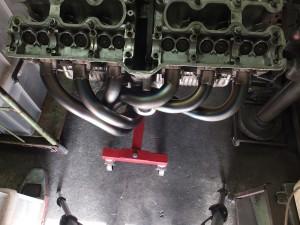 ■排気ポートから直ぐにかなり曲げていかないとフロントタイヤに干渉してしまいます。だから真ん中は出来る限りのスペースをつくる。