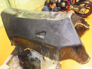 ■アッパーカウルやシートカウルのリアルカーボンに合わせアンダーカウル&サイドパネルも上から リアルカーボンを貼ってみました。